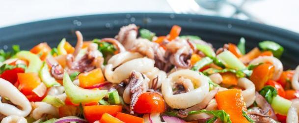салат з консервованих кальмарів