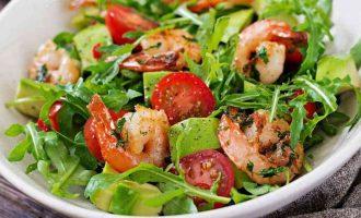 Салат з креветками і руколою