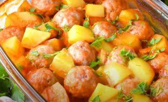 фрикадельки з підливою і картоплею