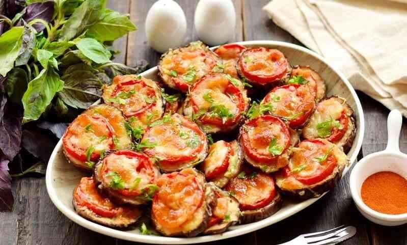 Як запекти баклажани кружечками з сиром і помідором