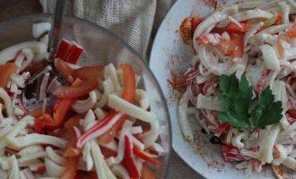 салат з кальмара і крабових паличок