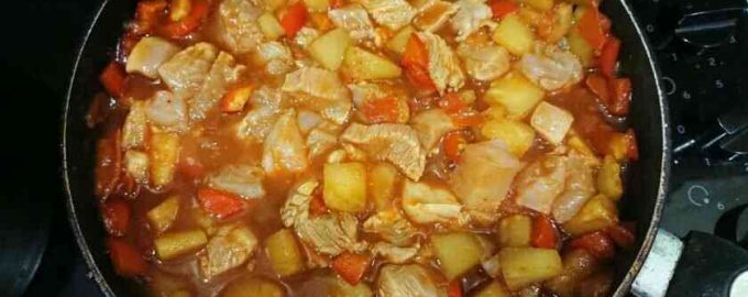 Курка з ананасами в кисло-солодкому соусі