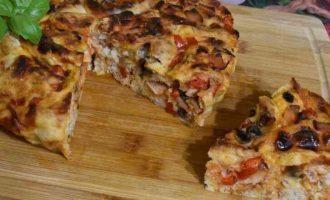 Піца-пиріг з грибами і шинкою