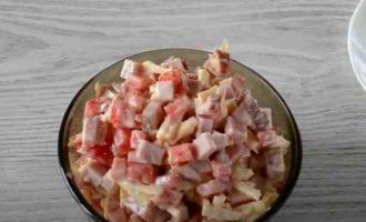 Салат з шинкою і помідорами
