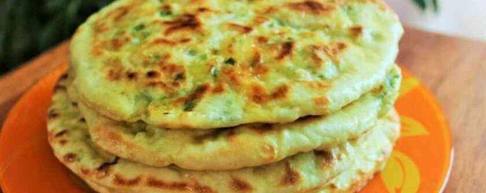 Сирні коржі з зеленню на сковороді