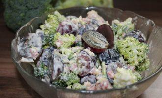 Салат з брокколі і виноградом