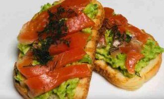 Брускета з червоною рибою і авокадо