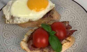 Брускета з пастою з квасолі, беконом і яйцем