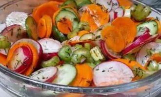 салат з редискою і селерою і морквою