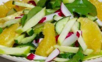 салат з редиски з огірком, яблуком і апельсином