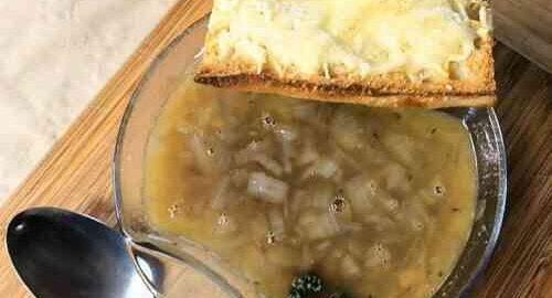цибулевий суп на яловичому бульйоні з портвейном