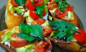 Брускета з сиром Рікотта, авокадо і помідорами