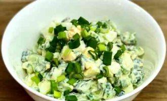 Салат з огірком, яйцем і зеленою цибулею