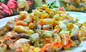 салат з крабових паличок з морською капустою і кукурудзою
