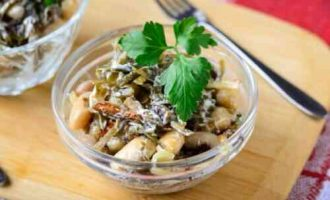 салат з морської капусти з грибами і квасолею