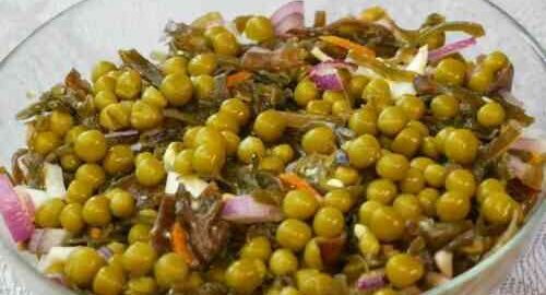салат з морської капусти з горошком