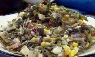 салат з маринованої морської капусти з яйцем і кукурудзою