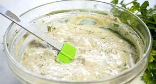 Соус для салату з йогурту і гірчиці з прянощами
