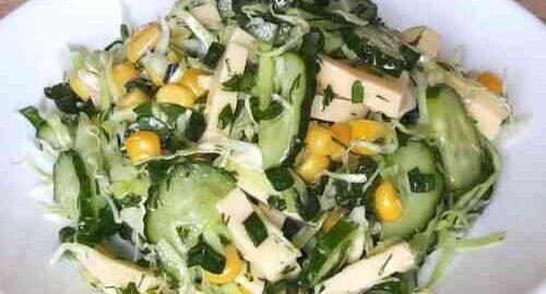 салат з капусти з огірком, кукурудзою і сиром