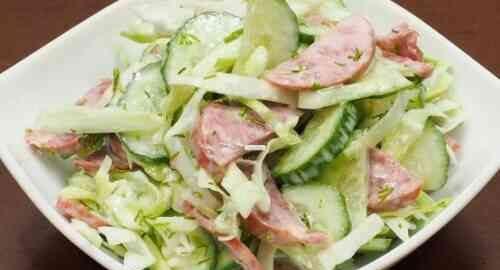 салат з капусти, огірка і ковбаси