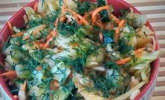 салат з молодої капусти з огірком і морквою