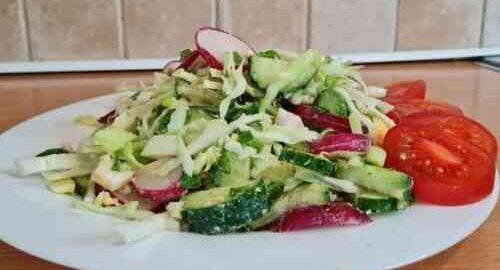 салат зі свіжої капусти, огірків і редиски