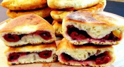 Смажені пиріжки на кефірі з замороженою вишнею