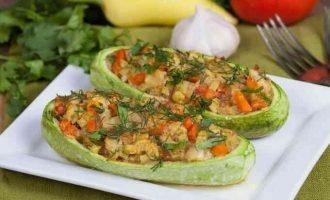 Фаршировані човники з кабачків з овочами в духовці