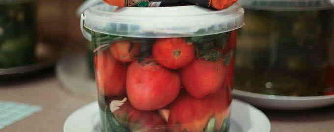 Квашені помідори у відрі як бочкові