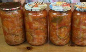 алат з капусти, перцю, помідорів, огірків, моркви і цибулі на зиму