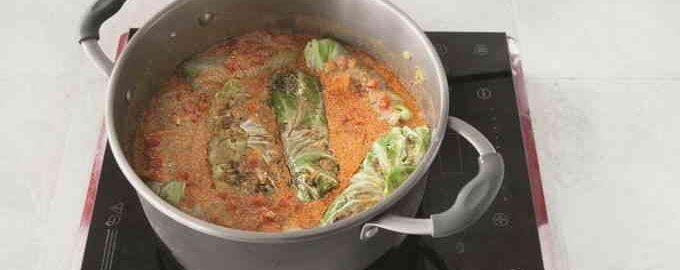 Голубці з молодої капусти в томатно-сметанному соусі