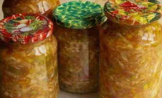 """Салат """"Дунайський"""" з капусти з болгарським перцем і помідорами на зиму"""
