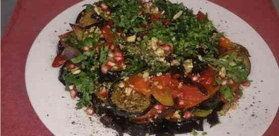 акуска з баклажанів з помідорами і часником