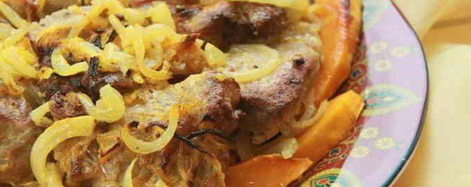 Гарбуз, запечений шматочками з м'ясом в духовці