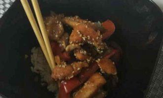Рис по-китайськи з куркою, овочами і соусом теріякі