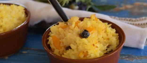 Каша з рису на молоці з гарбузом і родзинками