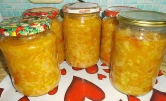 солянка з капусти, помідорів і моркви