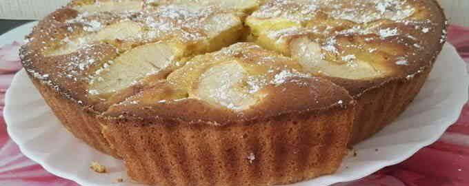 Шарлотка з яблуками на сметані і вершковим маслом в духовці
